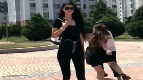 公园偶遇2米女巨人,走起来气场十足,就连女人都被她吸引!