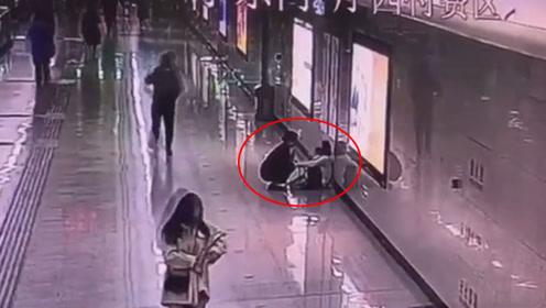 年轻妈妈连续加班一个月在地铁崩溃大哭 回家哭怕吓到女儿