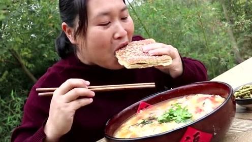 天冷吃酸辣汤最合适,胖妹农村铁锅做酸汤,昨晚剩的大饼也不能放过