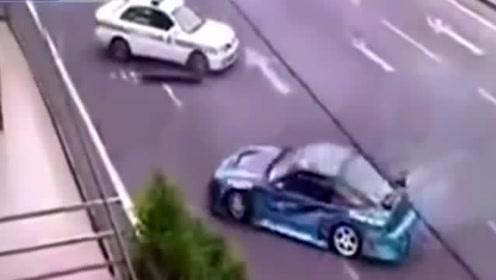国外小伙大街飙车,被警车围堵后,不跑反倒秀操作嘲讽警车!