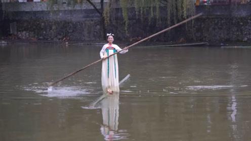 贵州女孩苦练独竹漂16年,不仅能在水中跳舞,还要把它传承下去