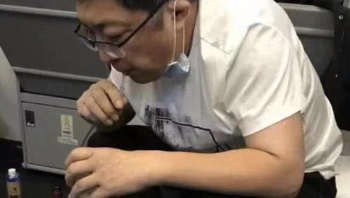 用口吸尿只想救人!医生自述飞机跪地吸尿细节