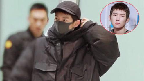 王源回国,穿派克大衣搭迷彩裤到机场,不仅保暖而且有气场