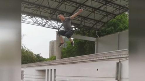 小伙苦练轻功弹跳惊人,轻松一跃两米高墙,媲美少林武僧太厉害!