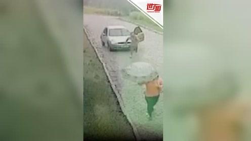 可怕!猥琐男司机赤裸跑上街 试图将陌生女子一把掳走