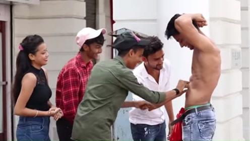 印度小伙当街秀身材,看到他的的肌肉后,女孩害羞捂脸