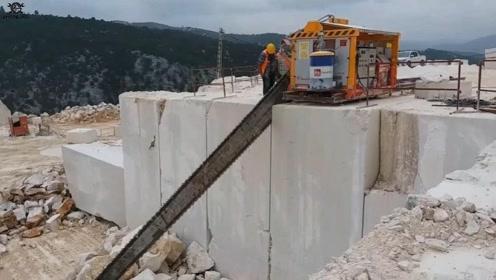 一块几十吨的大理石,是如何开采的呢?这大锯子足够霸气