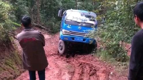 农用车走乡村烂路,在方向失控的状态下,女司机淡定倒车!