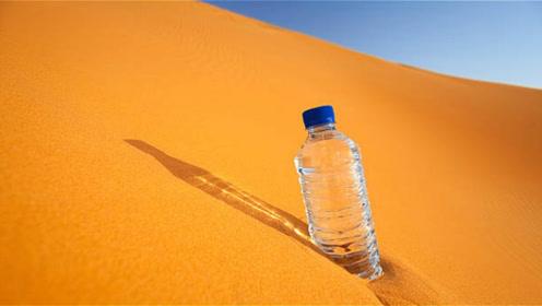 男子将一瓶水倒入沙漠,周围人大惊失色,这可不是乱玩的!
