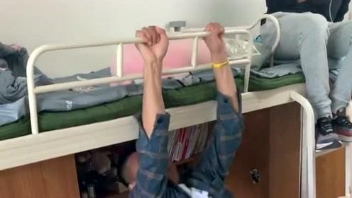 小伙想用不寻常的方式上床,可是高估了自己的实力,最后还要求助别人