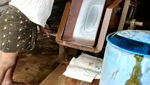 非洲的工业制冰,这个工作不能长期干,对身体伤害大!