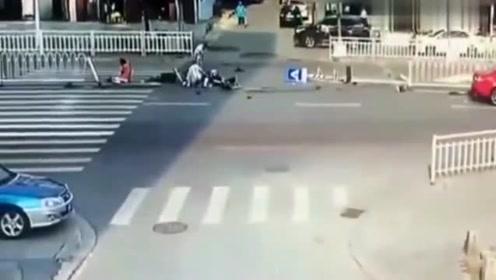 监控:人行道上也不安全,私家车一气之下撞向行人道