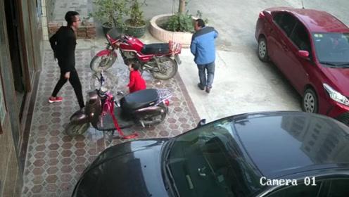 无耻大叔竟对4岁女孩下手,父亲瞬间暴怒!监控拍下疯狂一幕!
