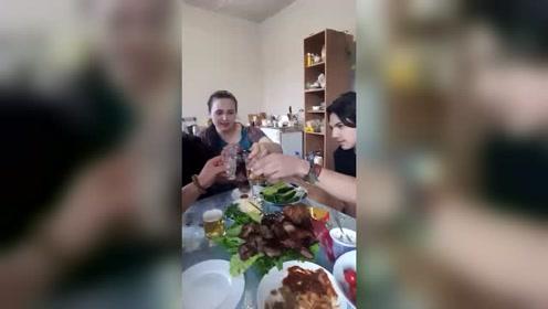 大哥和俄罗斯老同学喝酒,网友大肉烈酒标配!