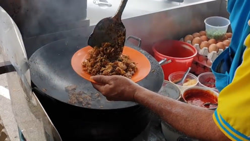印度小伙街头炒米饭,白米瞬间变成黑米