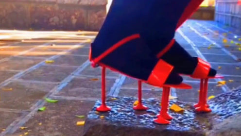 这双红色高跟鞋太难驾驭了,一个小坡都上不去!