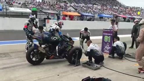 看过F1赛车换胎,摩托车赛换胎还是第一次看!监控拍下全过程