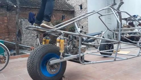 农村小伙设计了一辆摩托车,上路行驶速度很快,回头率也高