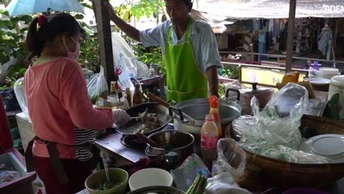 瞧瞧泰国人的蛋炒饭,老板每天卖300份,生意非常火爆