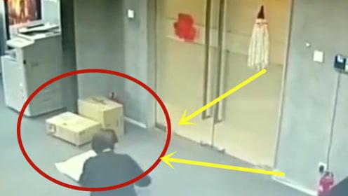 美女蹲下拆快递,怎料下秒直接吓瘫了,监控拍下全程!