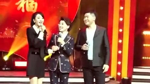 闫学晶带着儿子和儿媳妇同台演唱,配合的十分的默契,让人羡慕的一家人!
