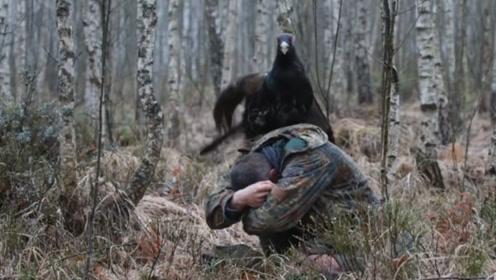 男子森林中偶遇松鸡,不料被松鸡骑在头上,男子求救:十万火急!