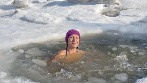 俄罗斯气温-58℃,美女却在水下游泳,网友:不愧是战斗民族!