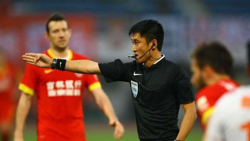 足球赛场有多黑暗?裁判主宰球队输赢,王健林气地声称要永远退出中国足坛