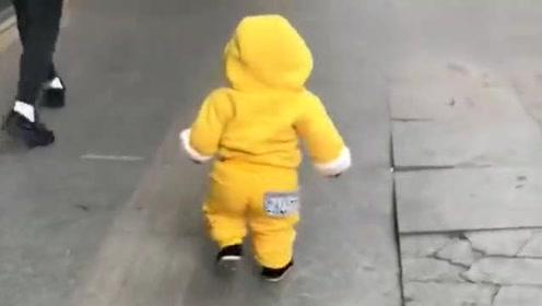 1岁小男孩路上走着,突然撞见一个美女,接下来的反应,欠抽啊
