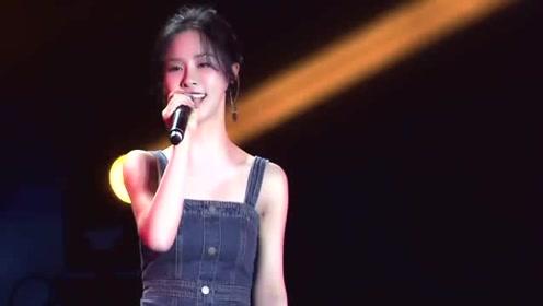 超人气女主播阿冷,现场演唱《明月天涯》,一开口霸气十足太惊艳!