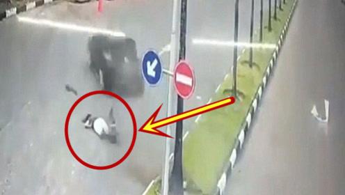 美女清晨跑步遇到女司机,监控拍下的一幕让人感叹命运