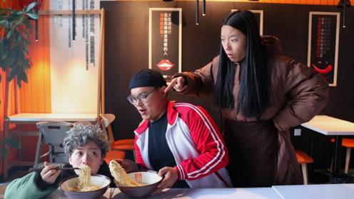 饭店做活动,身高1米以下免费吃面,不料学生带来自己的奶奶