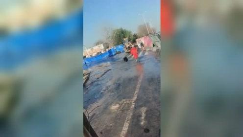滨州一管道破裂致石油泄漏 黑色液体喷涌路面散发刺鼻气味