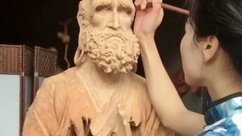 小姐姐这雕刻手艺不一般,谁说朽木不可雕,看完小姐姐的作品就知道了!