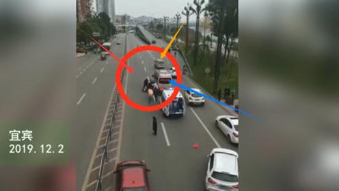 突发!车祸奔驰面包车和两轮相撞