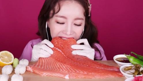 韩国御姐生吃三文鱼肉,这吃相形象全毁了,场面真是开眼界了