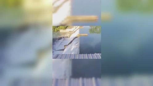 美国一处大坝泄洪阀门被成吨的洪水冲塌,大量湖水涌入下游。