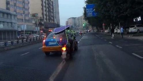 出租车变道时未注意观察 急打方向险将电动车撞倒