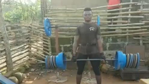 非洲大哥教你不花一分钱,就能练出泡在健身房一样的肌肉