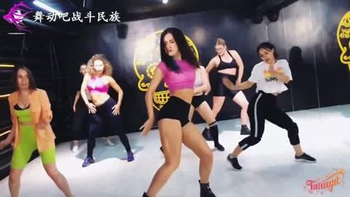 """感受战斗民族女孩的""""爆发力""""!跳街舞时高难度动作一个接一个"""