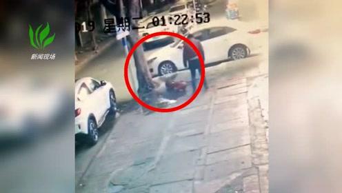 男子走路不小心撞在了消防栓上 把消防栓给撞断了