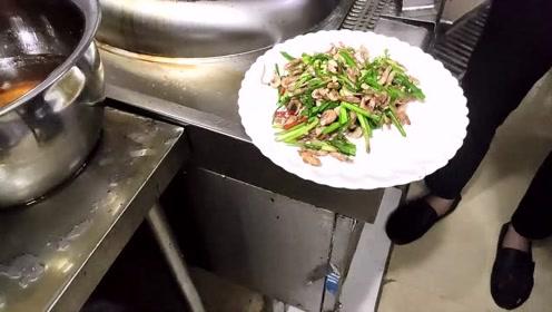 一道韭菜河虾,大厨1分钟搞定出锅,这水平能拿一万工资吗?