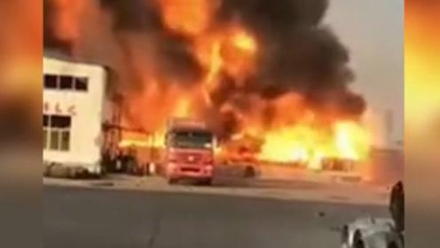 实拍!山东菏泽一工厂突发大火,火势凶猛,浓烟几十米高