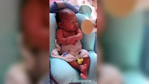 25天宝宝洗澡竟有如此反应,这表情也太可爱了!