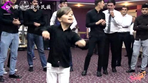 """阿塞拜疆版小""""费翔""""!5岁男孩的舞姿太精彩了,网友:被圈粉了"""