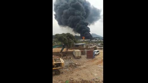 世界末日既视感!东莞犀牛陂村突发大火,黑烟笼罩上空