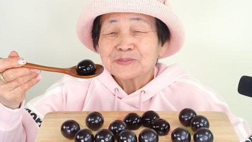 80岁老奶奶挑战超流行软糖,品尝美食如此认真,网友:好牙口!