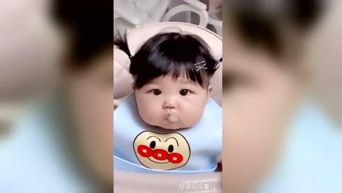 小宝宝吃饭饭,这是吃可爱多长大的吗,真想捏一下小脸蛋!