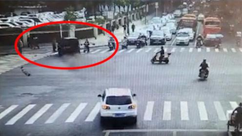 监控:一路虎轿车突然加速撞飞路人致死,路虎直插路边花圃
