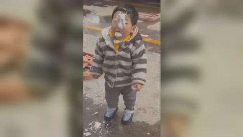男子玩雪时将雪球砸儿子脸上 网友:不是亲爸干不出这事